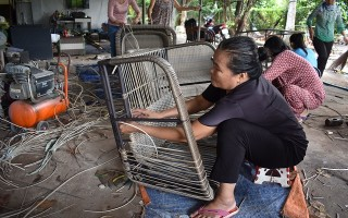 Tăng thu nhập từ nghề đan ghế nhựa giả mây