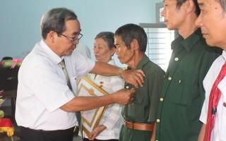 Trao huy hiệu Đảng cho 15 đảng viên ở TP.Tây Ninh và Hoà Thành