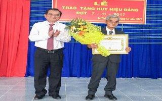 Trao tặng huy hiệu 70, 40 và 30 năm tuổi Đảng