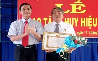 Trao huy hiệu Đảng cho đảng viên ở phường 2 và phường 3