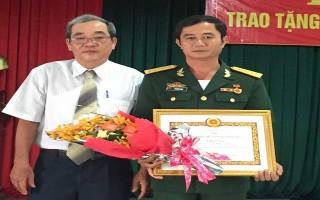 Trao huy hiệu 30 năm tuổi Đảng cho Chỉ huy trưởng Ban CHQS Hoà Thành