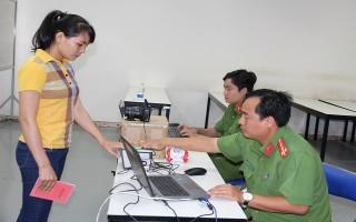 Đoàn thanh niên Công an tỉnh hỗ trợ công nhân làm thẻ căn cước công dân