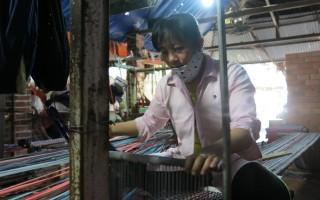 Thu nhập ổn định từ nghề dệt thảm chùi chân