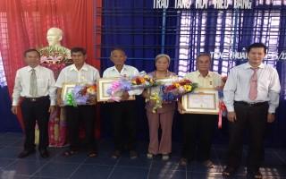 Trao tặng huy hiệu Đảng cho đảng viên Châu Thành và Bến Cầu