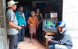 Trao tặng thiết bị đầu thu giải mã tín hiệu truyền hình số mặt đất cho hộ nghèo huyện Bến Cầu