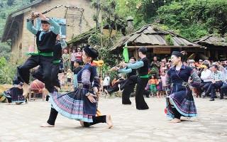 Về miền văn hóa Mông