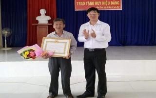 Trao Huy hiệu 60 năm tuổi Đảng cho đảng viên ở Gò Dầu
