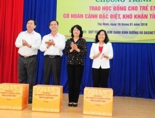 Trao học bổng cho học sinh đặc biệt khó khăn của huyện Châu Thành và Bến Cầu