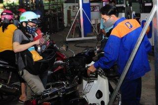 Thủ tướng yêu cầu báo cáo tình hình biến động giá xăng dầu