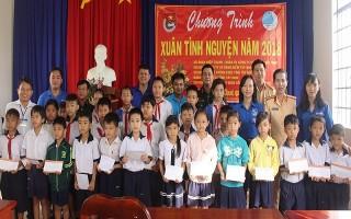 Trao học bổng cho học sinh xã Hiệp Thạnh