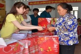 Báo Tây Ninh cùng Quỹ Thiện Tâm (Vingroup) tặng quà tết