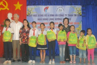Nguyên Phó chủ tịch nước Trương Mỹ Hoa tặng quà tết cho người nghèo ở Tây Ninh