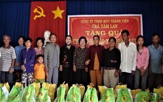Nguyên Phó Chủ tịch nước tặng quà tết cho người dân Trảng Bàng