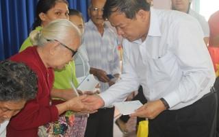 Chủ tịch UBND tỉnh Phạm Văn Tân tặng quà tết cho người nghèo