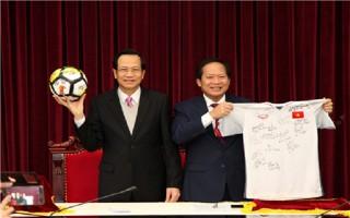 Đấu giá món quà đặc biệt Đội tuyển U23 tặng Thủ tướng Nguyễn Xuân Phúc
