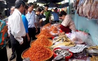 Thị trường tết: Sức mua kém, giá vẫn tăng