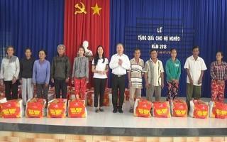 Phó Trưởng Ban Tuyên giáo Trung ương tặng quà tết cho người dân Gò Dầu