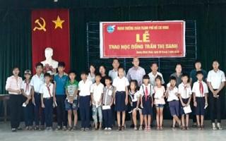 Trao học bổng cho học sinh huyện Dương Minh Châu.