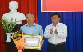 Phó Bí thư Đảng bộ khối các cơ quan tỉnh nhận Huy hiệu 30 năm tuổi Đảng