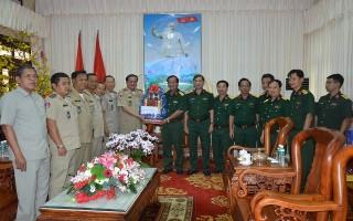 Đoàn Cảnh sát Svay Rieng chúc Tết Bộ Chỉ huy quân sự Tây Ninh