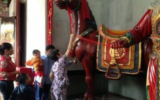 Đầu năm, người Sài Gòn đi rung chuông cầu may