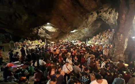 Khai hội chùa Hương: Hàng vạn người chen chân đi trẩy hội