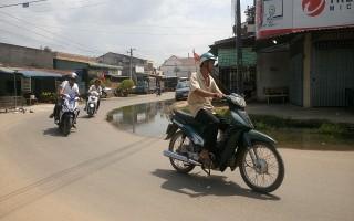 Mương thoát nước bị nghẽn, nước thải tràn lên đường