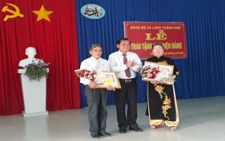 Phó Bí thư Thường trực Tỉnh ủy trao huy hiệu Đảng cho đảng viên Hoà Thành