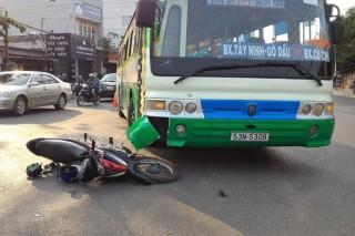 """Xe buýt """"húc"""" mô tô, 2 người bị thương nặng"""