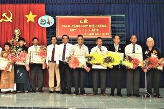 Trao huy hiệu Đảng cho đảng viên huyện Trảng Bàng