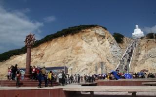 Hàng vạn người kéo nhau lên núi chiêm ngưỡng tượng Phật ngồi cao nhất Đông Nam Á
