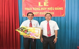 Trao huy hiệu Đảng cho Phó Trưởng Ban Dân vận Huyện ủy Trảng Bàng