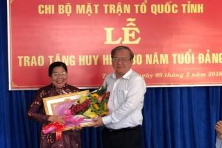 Phó Chủ tịch UBMTTQVN tỉnh nhận Huy hiệu 30 năm tuổi Đảng