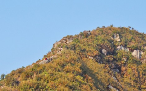 Du khách nô nức chinh phục đỉnh Ky Quan San