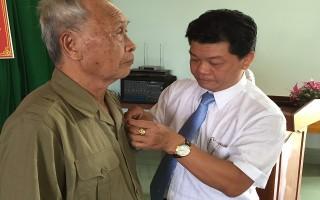 Trao huy hiệu 50 năm tuổi Đảng cho đảng viên Hoà Thành