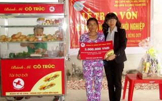 Trao vốn khởi nghiệp cho phụ nữ nghèo Hòa Thành