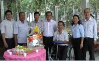 Thăm, tặng quà gia đình chính sách huyện Hòa Thành