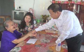 Thăm, tặng quà gia đình chính sách huyện Gò Dầu