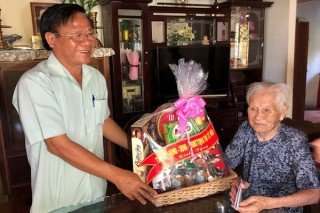 Thăm, tặng quà các Mẹ VNAH, anh hùng LLVT huyện Châu Thành