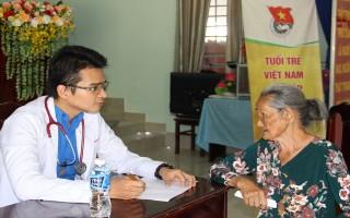 Tư vấn, khám bệnh và trao tặng 300 phần quà cho người dân xã Long Vĩnh