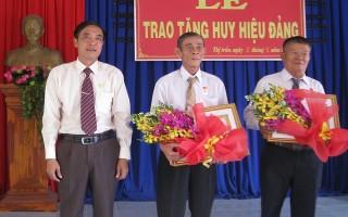 Tân Biên: Trao huy hiệu 50 năm tuổi Đảng cho đảng viên lão thành