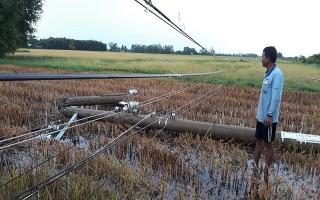 Bến Cầu: 37 trụ điện gãy đổ vì gió lốc