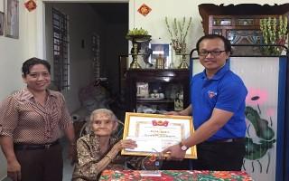 Trao giải thưởng cho cụ bà 93 tuổi may mền tặng người nghèo