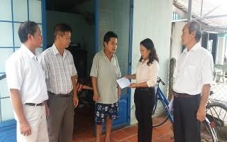 Lãnh đạo huyện Hoà Thành thăm hỏi gia đình bị lốc xoáy gây thiệt hại nặng