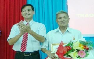Nguyên Chủ tịch LĐLĐ tỉnh nhận huy hiệu 55 năm tuổi Đảng