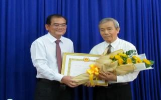 Trao huy hiệu 50 năm tuổi Đảng cho nguyên Chủ tịch UBND tỉnh