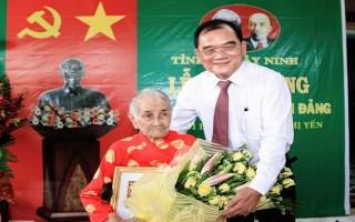 Phó Bí thư Thường trực Tỉnh uỷ trao huy hiệu 70 năm tuổi Đảng cho đảng viên lão thành