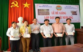 Tân Châu: Bế giảng lớp dạy nghề nuôi ong