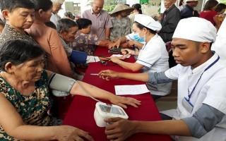 Bệnh viện Tai Mũi Họng TP.HCM: Khám bệnh cho người nghèo xã Phước Vinh