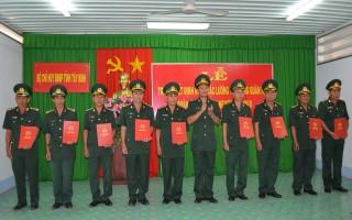Trao quyết định thăng quân cho quân nhân chuyên nghiệp